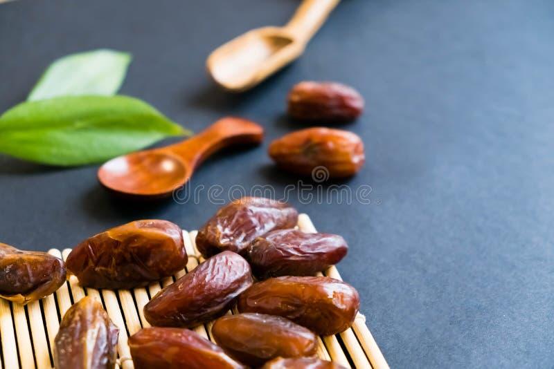 La paume de datte sèche de bonbon à plan rapproché porte des fruits ou kurma, nourriture ramazan de Ramadan Lumière normale Foyer photo libre de droits