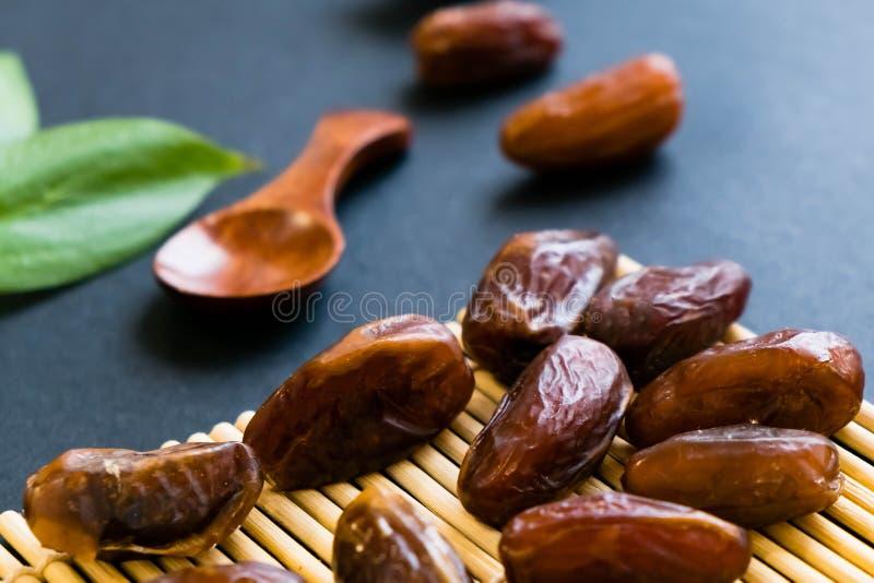 La paume de datte sèche de bonbon à plan rapproché porte des fruits ou kurma, nourriture ramazan de Ramadan Lumière normale Foyer image libre de droits