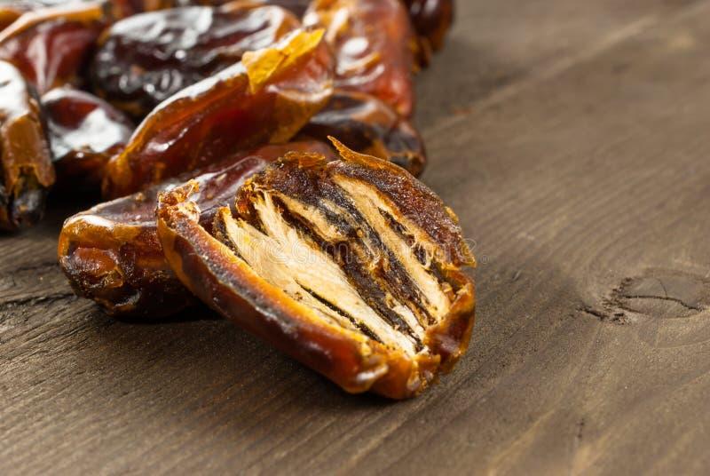 La paume de datte sèche porte des fruits ou kurma, nourriture de Ramadan image stock