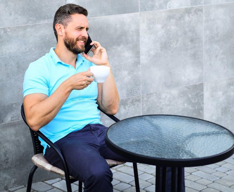 La pause-café apporte le bien-être physique et mental La brève pause-café fournit à des employés des manières rapides de détendre photographie stock libre de droits