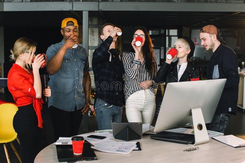 La pause pour d?tendent au travail Équipe heureuse de travail pendant le temps de coupure dans le bureau moderne léger, parlant,  photos stock