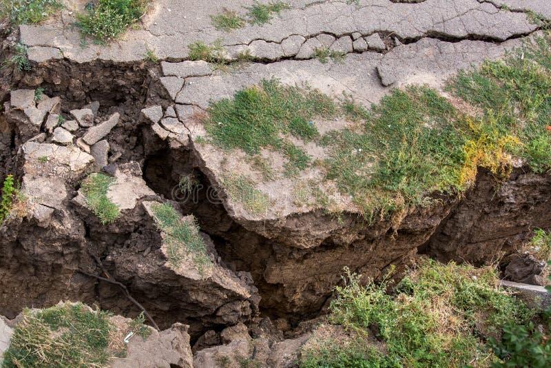 La pavimentazione dell'asfalto della crepa fotografia stock libera da diritti