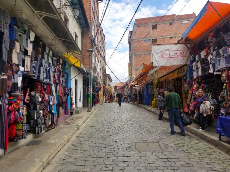 LA PAZ, BOLIVIË, DEC 2018: La Paz, de straten van Bolivië in stadscentrum stock afbeeldingen