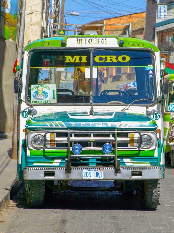 LA PAZ, BOLIVIA - 21 DE JULIO DE 2008: Vista delantera del autobús micro verde viejo de Dodge en calles de La Paz, Bolivia fotos de archivo