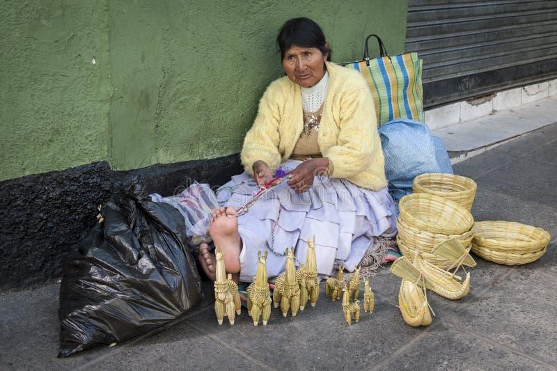 LA PAZ, BOLIVIE - 19 AOÛT 2017 : Vendeur non identifié de femme de rue portant l'habillement traditionnel sur le marché local de  photos stock