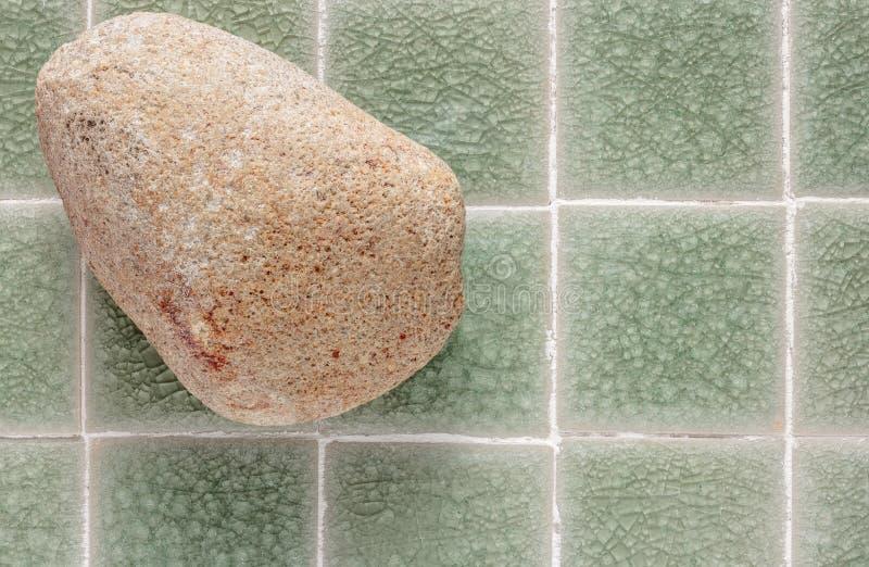 La peau frottent la pierre sur le fond vert de mosaïque images libres de droits