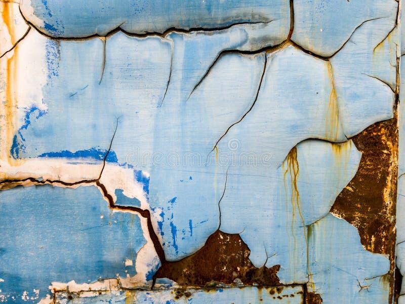 La peinture bleue de couleur épluchent avec le fond rouillé de plaque d'acier images stock