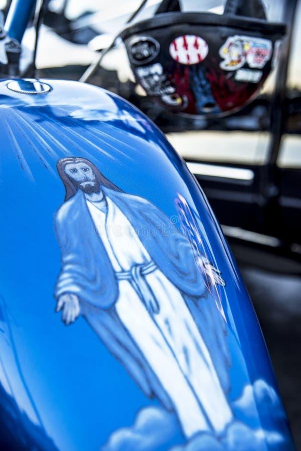 La peinture d'aerographe de Jésus montant des morts avec distribue sur le réservoir de gaz de moto image stock