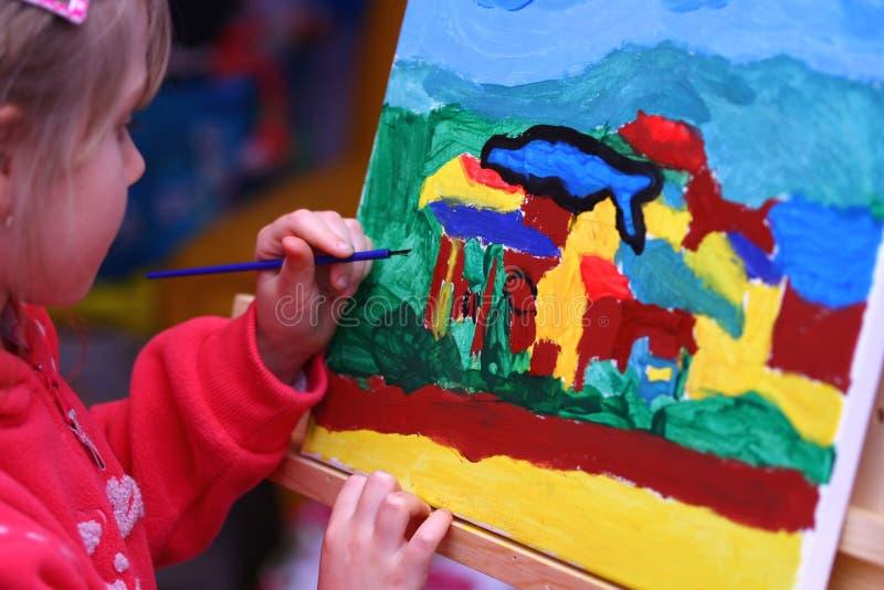 La peinture de l'enfant photographie stock libre de droits