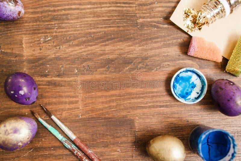 La peinture eggs la préparation pour le fond de Pâques photos libres de droits