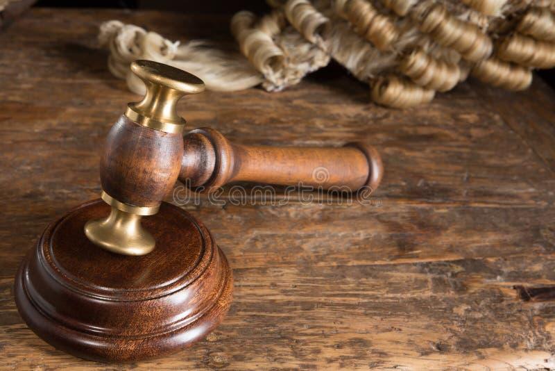 La peluca y el mazo del juez fotos de archivo