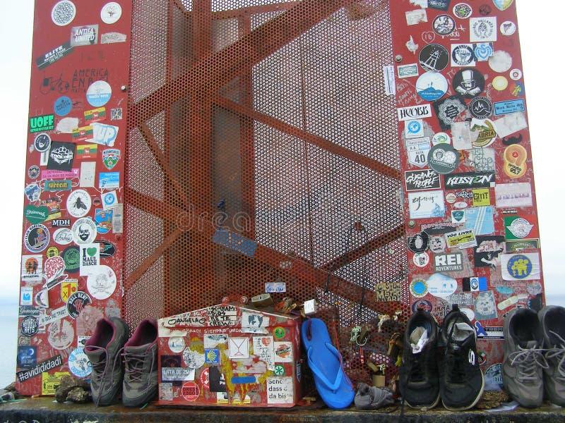 La península de España Finisterre Faro el extremo de las marcas de Camino dejadas por los peregrinos alcanzó el extremo de Europa imagen de archivo