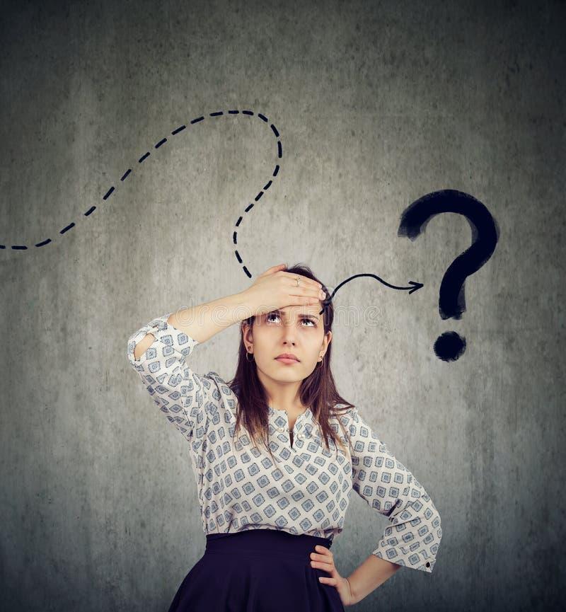 La pensée de jeune femme a une question image libre de droits
