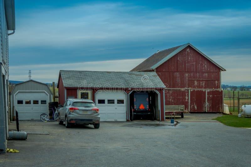 La Pensilvania, U.S.A., 18 APRILE, 2018: Vista all'aperto del trasporto con errori parcheggiato di Amish in un garage vicino ad u immagine stock libera da diritti