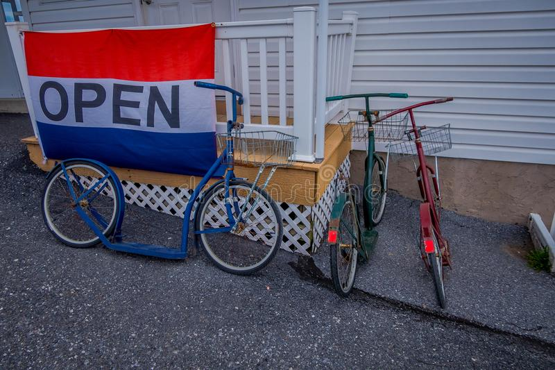La Pensilvania, U.S.A., 18 APRILE, 2018: La vista all'aperto delle bici del rullo di Amish o i motorini pende contro una casa immagine stock libera da diritti