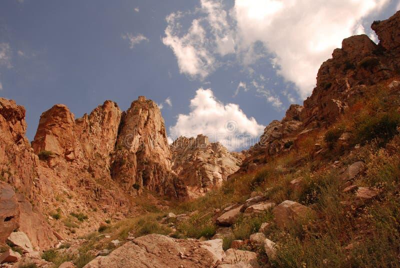 La pente des montagnes de Tien Shan occidental dans l'Ouzbékistan images libres de droits