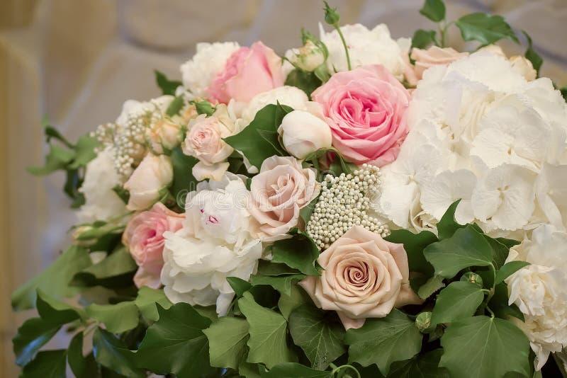 La peonía de las rosas florece el bouqet en la tabla del bamket fotografía de archivo libre de regalías