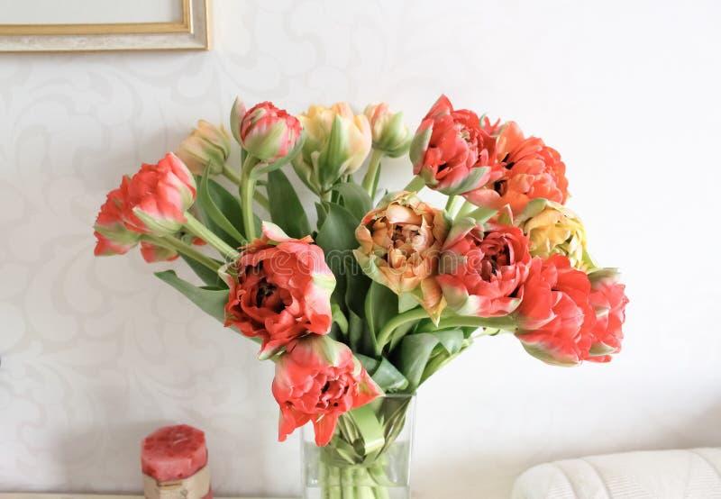 La peonía floreció el bouqet de los tulipanes en un florero imágenes de archivo libres de regalías