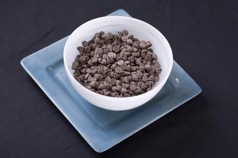 La pepita di cioccolato del Vegan dentro il bianco su Aqua fotografie stock libere da diritti
