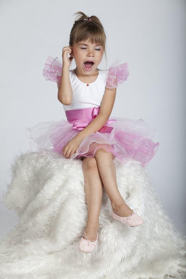 La pequeña bailarina soñolienta está bostezando fotos de archivo libres de regalías
