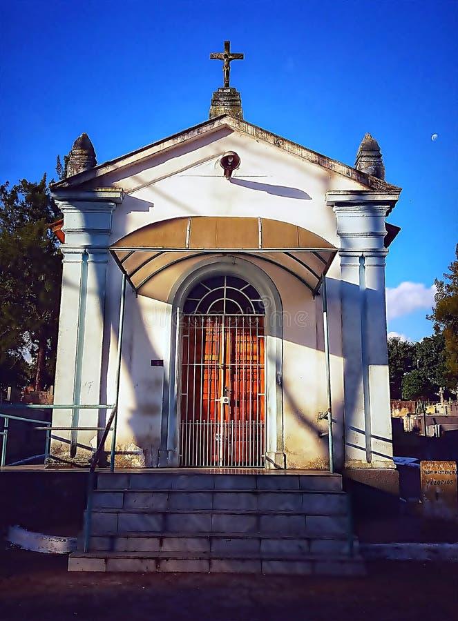 La pequeña capilla del cementerio imagenes de archivo