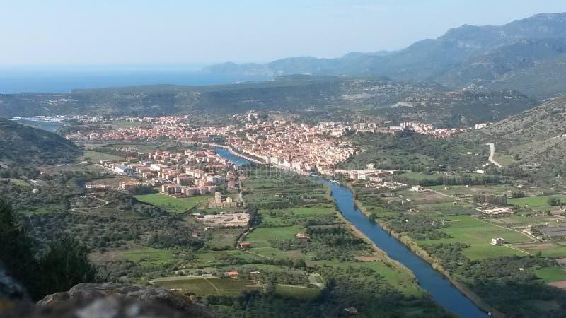La pequeña ciudad en el río fotografía de archivo libre de regalías