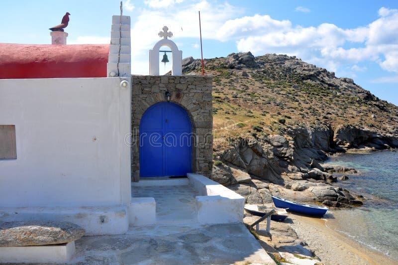 La pequeña derecha de la iglesia en la playa de la isla griega Mykonos imágenes de archivo libres de regalías