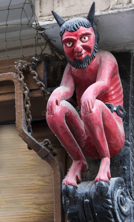 La pequeña estatua famosa del diablo rojo situada en Stonegate, York fotos de archivo libres de regalías