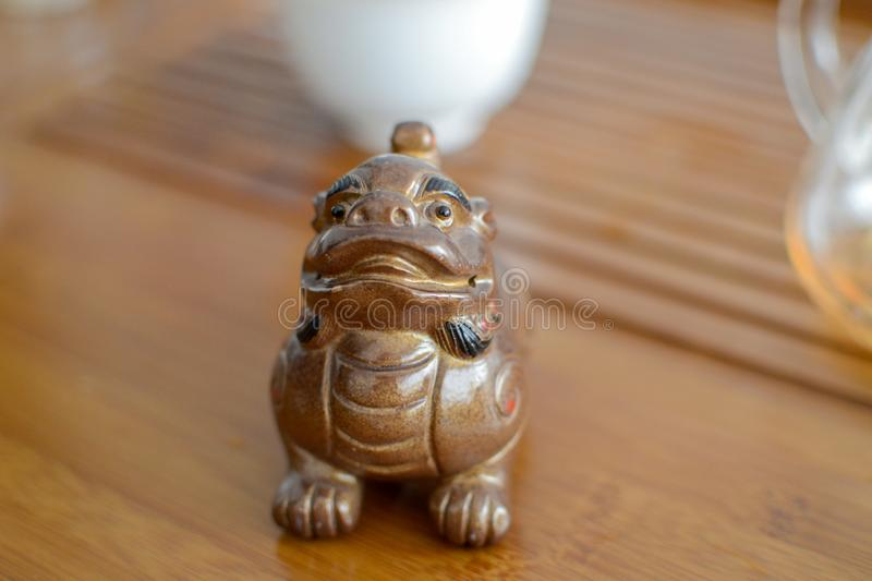 La pequeña figura porcelana del dragón usada en la ceremonia del té puerh chino imagen de archivo libre de regalías