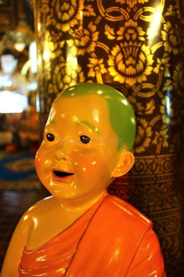 La pequeña muñeca del monje en templo del inthakin del wat en Chiang Mai Tailandia fotografía de archivo