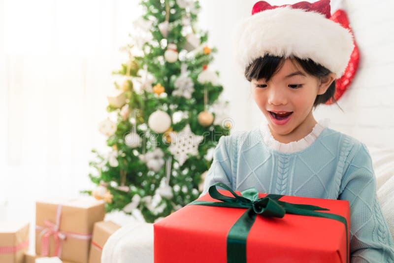 La pequeña muchacha asiática linda abre su sensación de boca chocada imagen de archivo libre de regalías