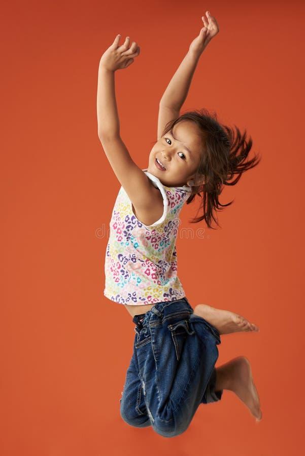 La pequeña muchacha asiática salta foto de archivo libre de regalías