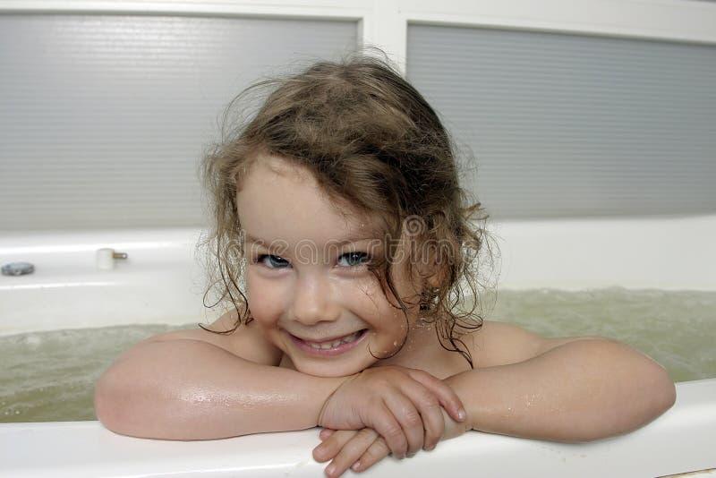 La pequeña muchacha en baño. imágenes de archivo libres de regalías