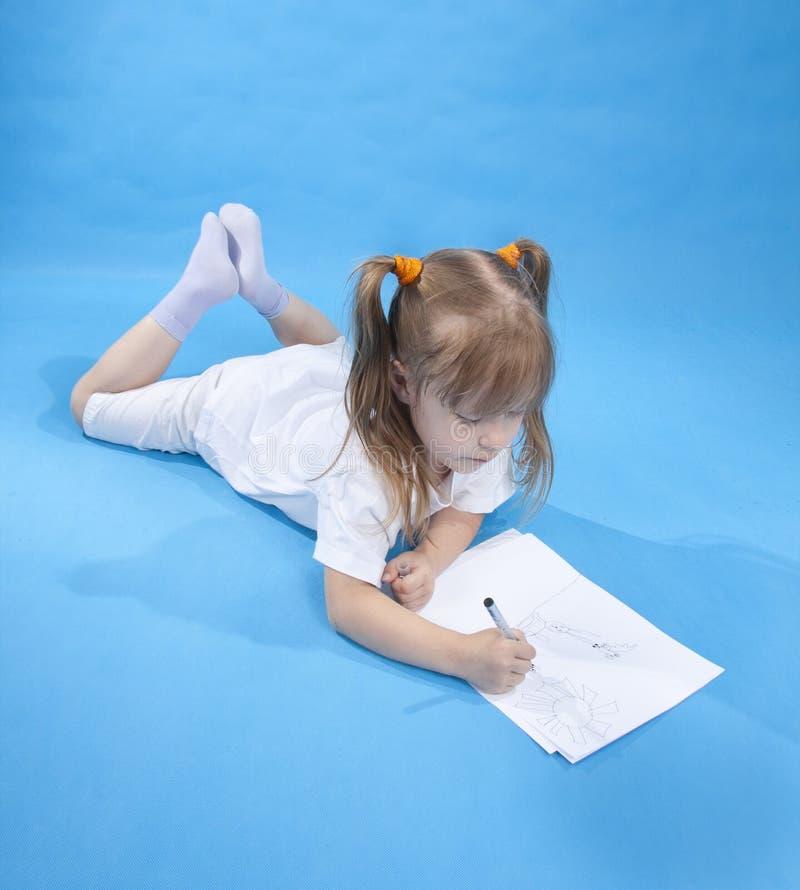 La pequeña muchacha linda está bosquejando fotografía de archivo libre de regalías