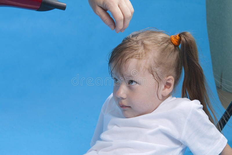La pequeña muchacha linda se está preparando para el photosession imagen de archivo libre de regalías