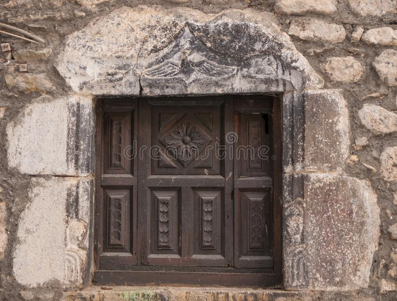 La pequeña ventana de madera talló en los Pirineos de Huesca imagen de archivo libre de regalías