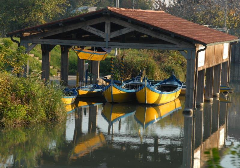 La pequeña vertiente con los barcos amarillea iluminado por el sol en la provincia de Padua en Véneto (Italia) fotos de archivo