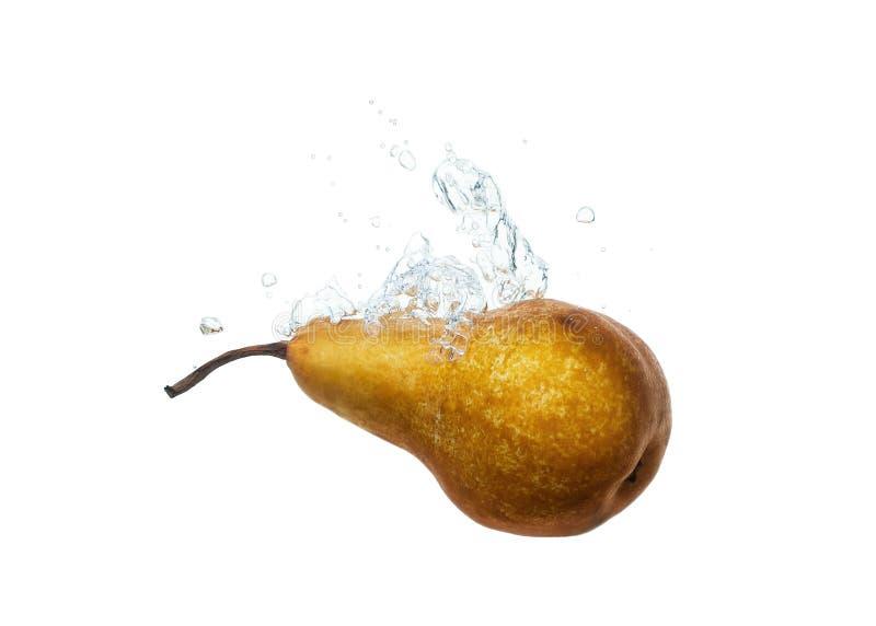 La pera cayó en chapoteo del agua en blanco fotos de archivo