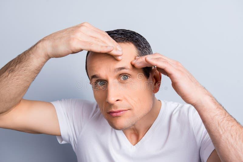La perfezione è un duro lavoro anche per gli uomini Viziare, invecchiare, oleoso, immagine stock