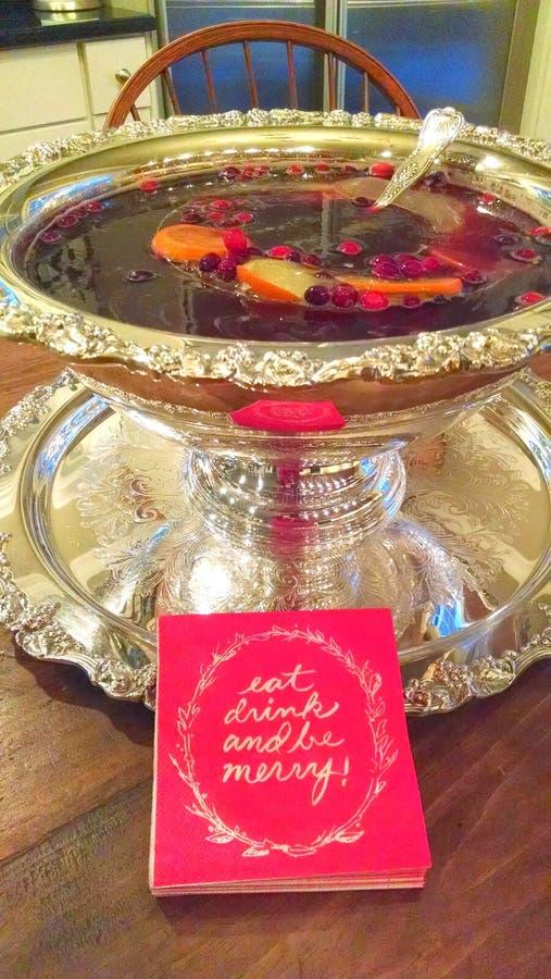 La perforazione del cocktail di Natale in ciotola d'argento del servizio di festa mangia il drin fotografia stock