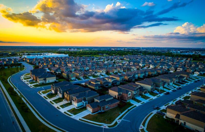 La periferia vivente spettacolare moderna di Austin Texas Suburb si dirige ed alloggia migliaia al tramonto stupefacente fotografia stock libera da diritti