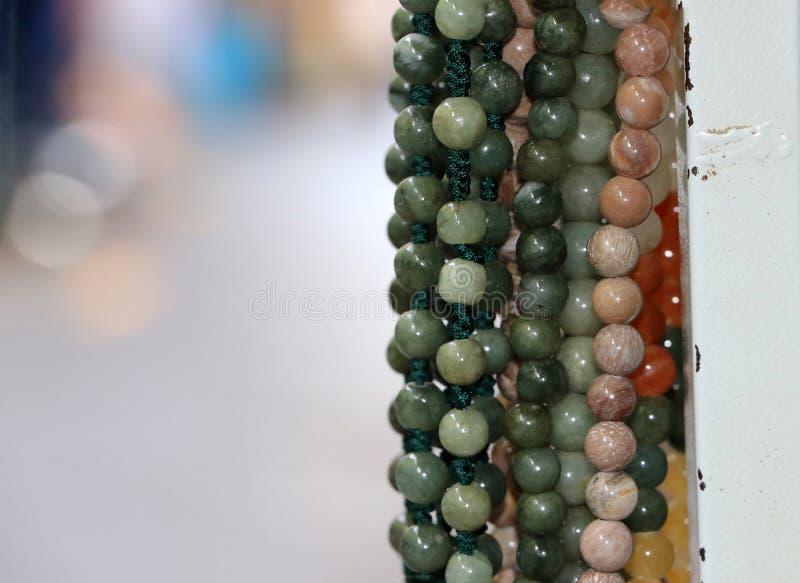La perla, ha arrotondato la forma con perforato per l'infilatura come collana fotografia stock