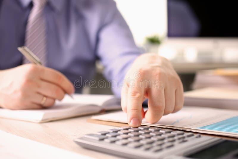 La persona calcula concepto del informe del impuesto del presupuesto de las finanzas imagen de archivo