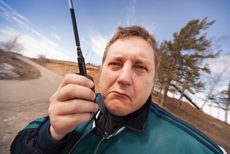 La persona con una radio portatile immagini stock libere da diritti