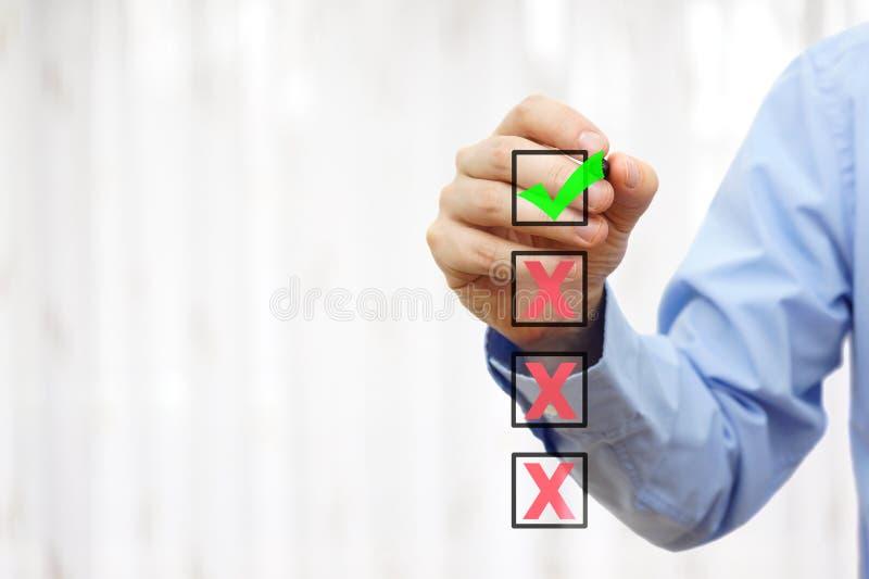 La persona del negocio está eligiendo la mejor opción de cuatro, alista para la muestra libre illustration