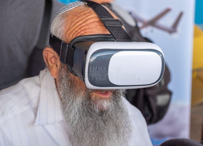 La persona ebrea religiosa indefinita indossa i vetri della cuffia avricolare di VR immagine stock