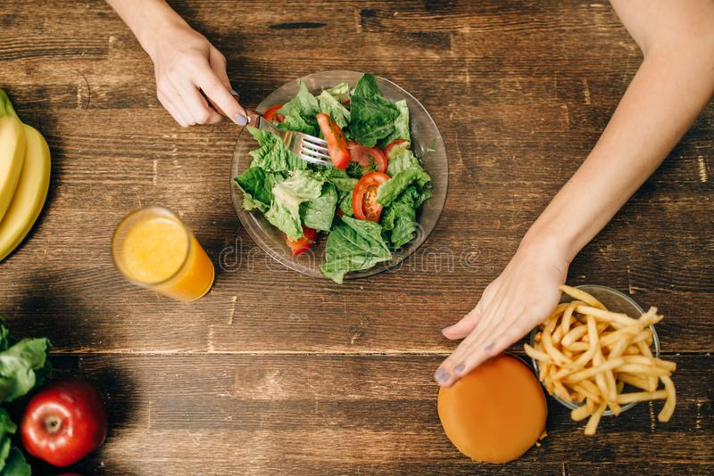 La persona femminile sceglie l'alimento biologico sano fotografia stock