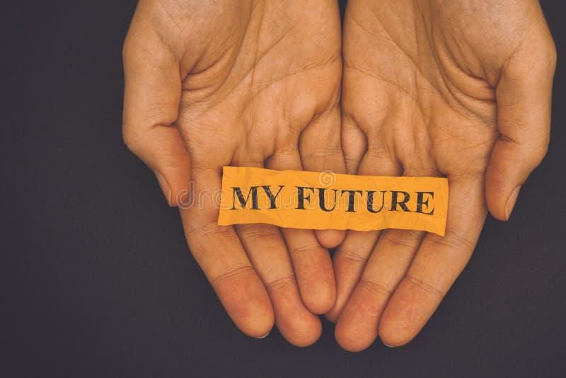 La persona lleva a cabo el trozo de papel con frase mi futuro imagen de archivo libre de regalías