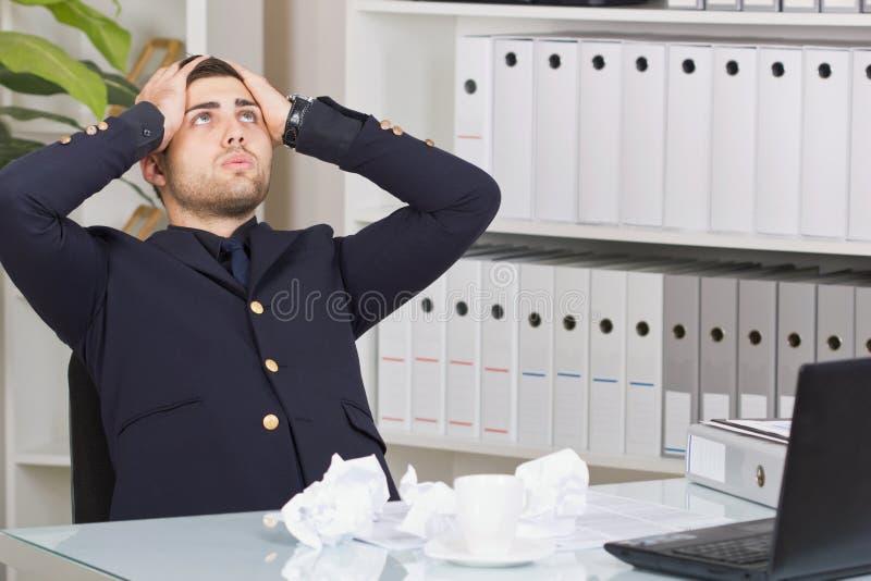 La persona mayor del negocio que se sienta en el escritorio de oficina que mira para arriba y sea fotos de archivo