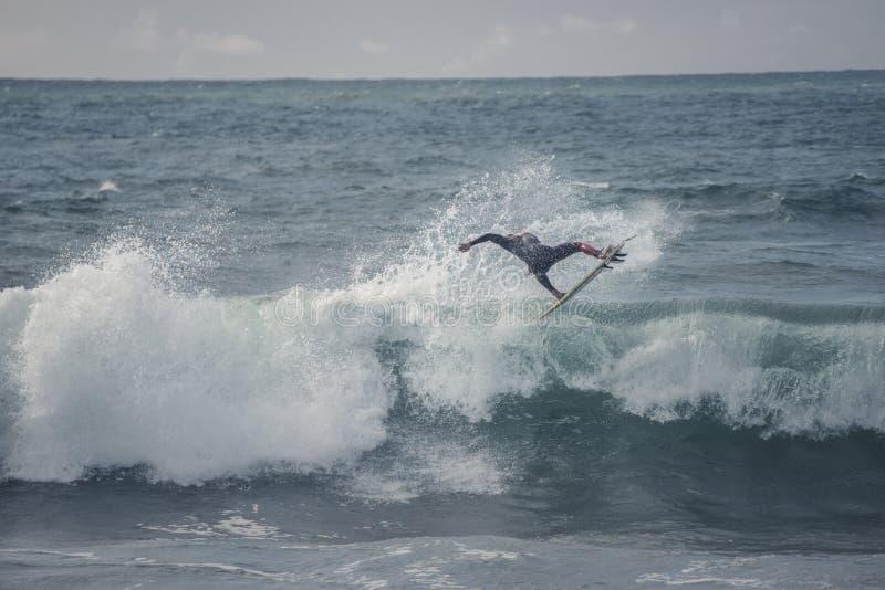 La persona que practica surf salta fotos de archivo
